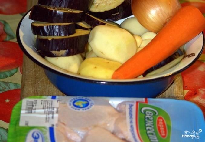 Подготовьте ингредиенты.  Курицу порежьте кусочками, если у вас бедра — лучше срезать мясо с кости. Овощи почистите, порежьте довольно крупно. Разогрейте духовку до 190  градусов.