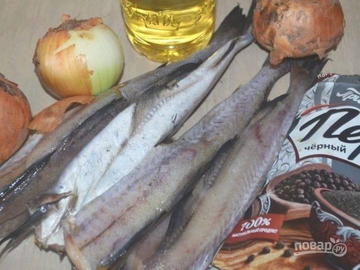 Из рыбы удалите кости, плавники и хвост. Нарежьте её средними кусочками.