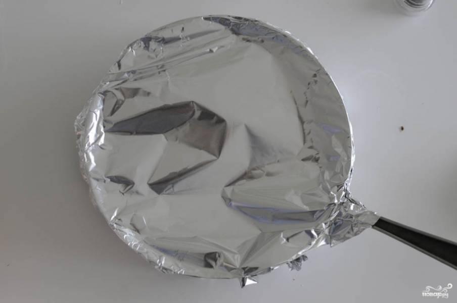 Накройте форму фольгой, отправьте её в разогретую до 180-200 градусов духовку на 45-60 минут. Готовность проверяйте вилкой (она должна легко входить). Время точное зависит от вашей формы и от того, сколько слоев картошки получится.
