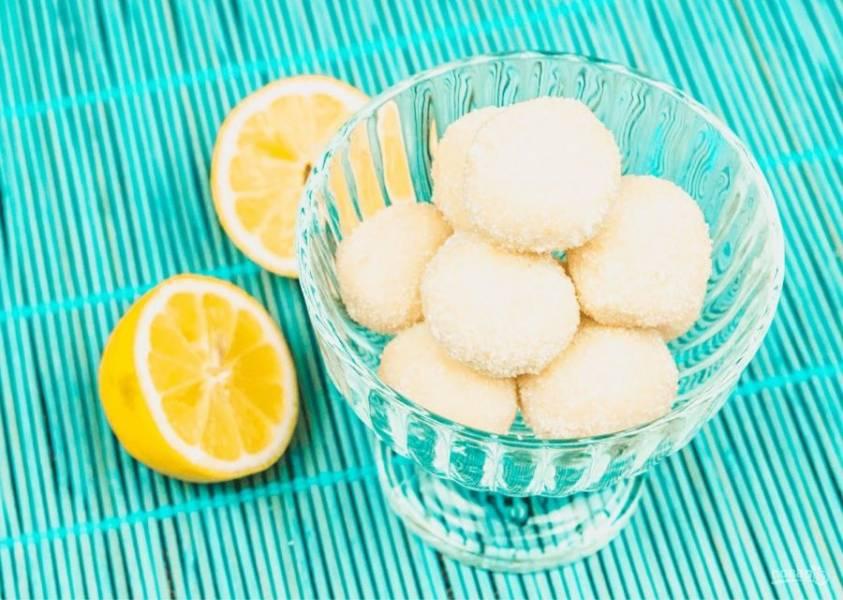 3.  Далее поставьте массу в морозилку на 20 минут, чтобы она немного застыла. Из застывшей массы сформируйте руками небольшие шарики и обваляйте их в кокосовой стружке или сахаре. Приятного аппетита!