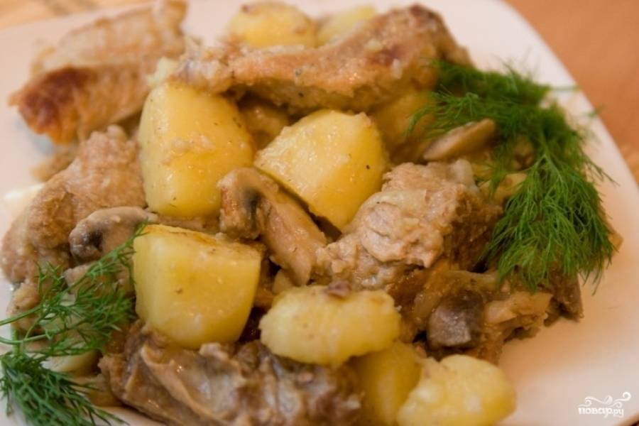 5.  По истечении полутора часа аппетитные ребрышки с картошкой готовы! Приятного аппетита!