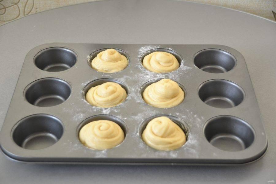 Через час можно разогреть духовку и подготовить краффины к выпечке.
