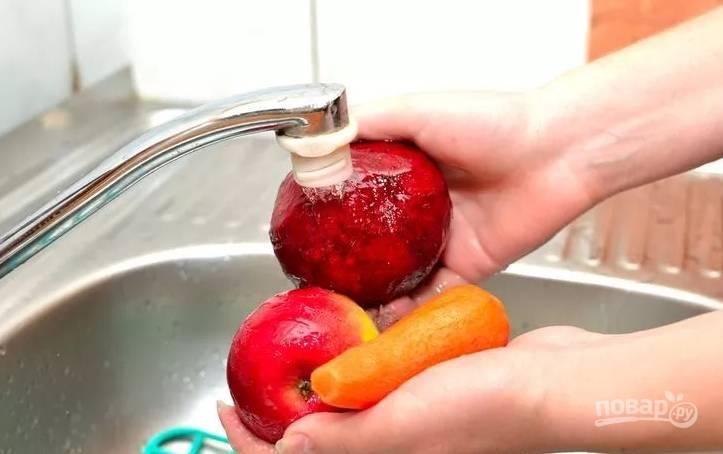 1.Все фрукты и овощи хорошенько промываю от грязи, затем морковь и свеклу очищаю от кожуры.