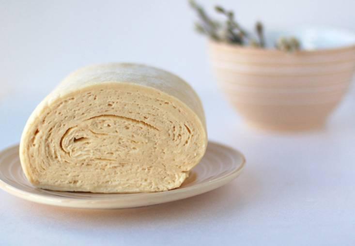 Раскатайте рулет скалкой по 2 раза вдоль и поперек. Затем раскатайте тесто в тонкий прямоугольный пласт и сверните его в 4 раза. Заворачиваем тесто в пленку и храним в морозилке до использования.