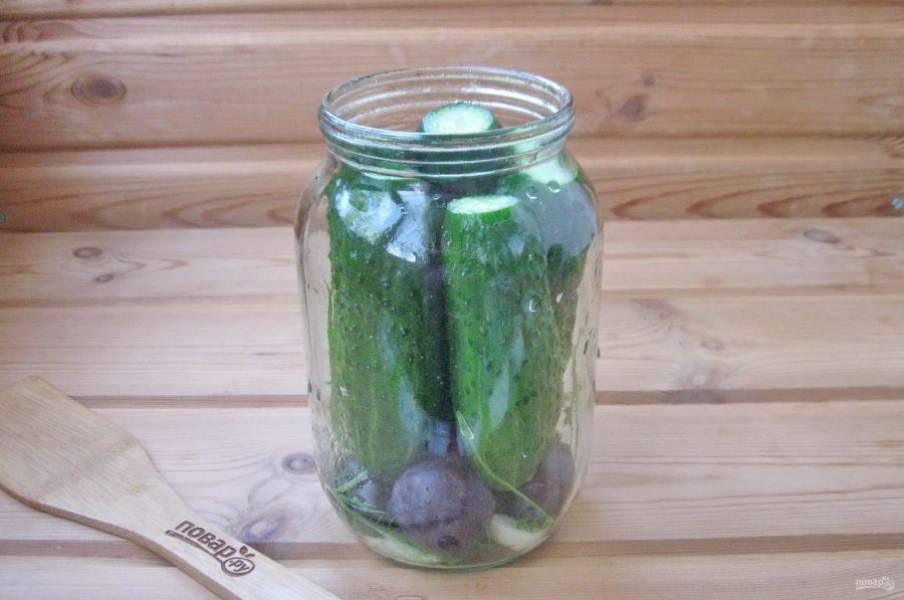 Огурцы помойте и залейте холодной водой. Держите 3-4 часа в воде. После заполните огурцами банки.