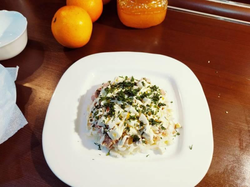 Сверху распределите измельченные яйца, и конечно же укропчик. Именно укроп придает этому салату изюминку и связывает все ингредиенты между собой.