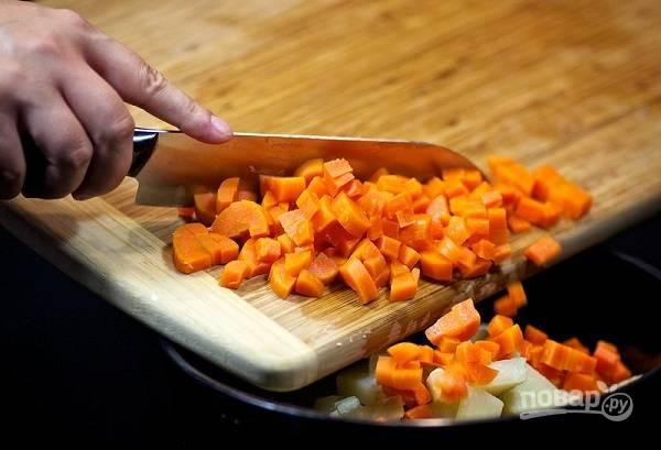 6. А следом нарезаем небольшими кусочками морковь.