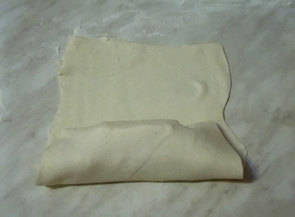 Заворачиваем сосиску и сыр в тесто, плотненько скрепляем его края, чтобы сыр при выпекании не вытекал.