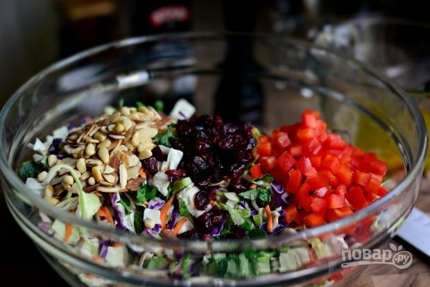 5. В салатнице смешайте перец, салатный микс, клюкву и орехи.