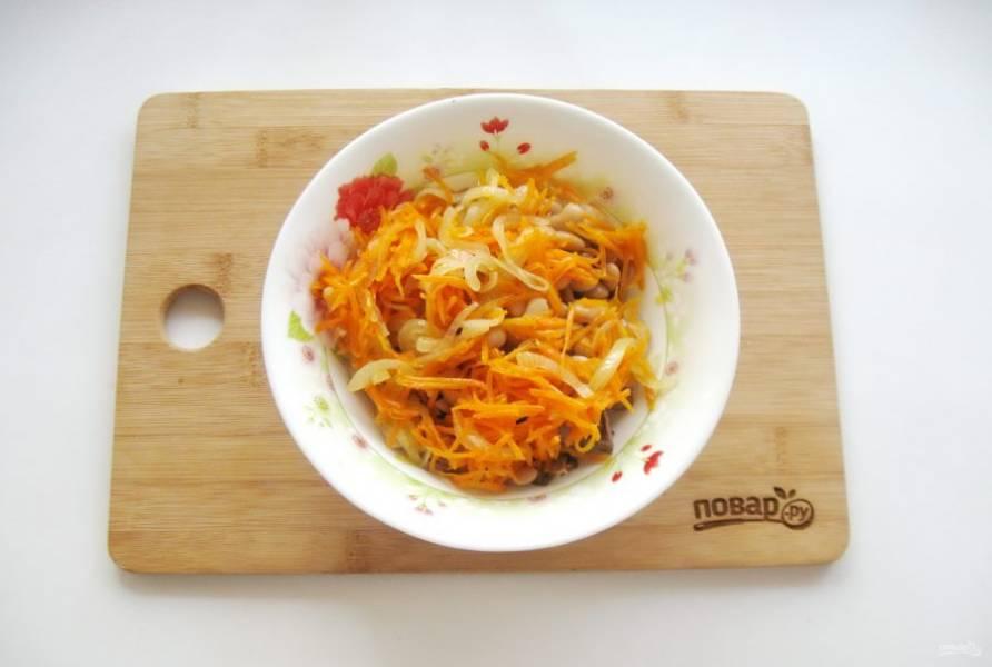 Выложите в салат лук с морковью.