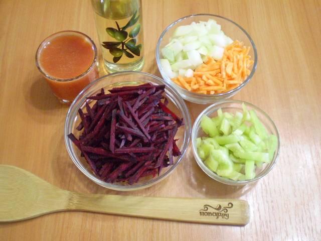 Подготовьте к жарке овощи. Мелко порежьте их.