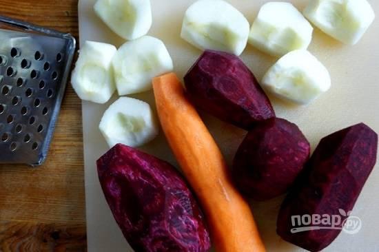 Очистим свеклу, яблоки и морковь.