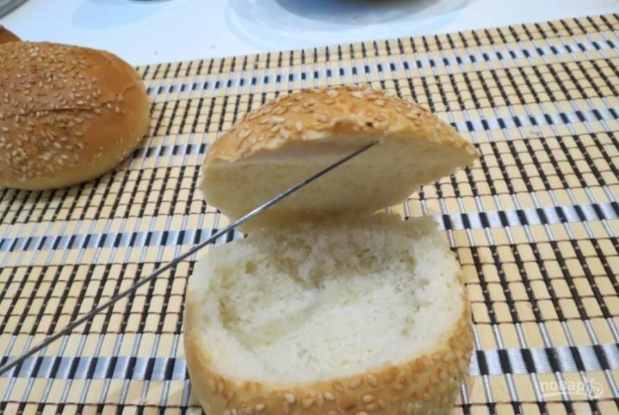 У булочек надрежьте крышки. Вытащите большую часть мякоти.