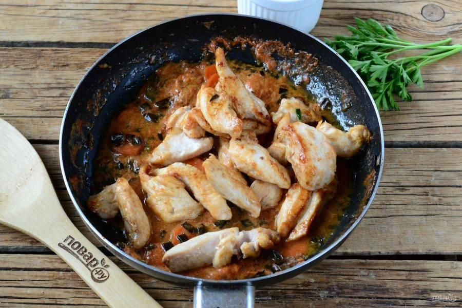 Отправьте в сковороду обжаренную курицу.