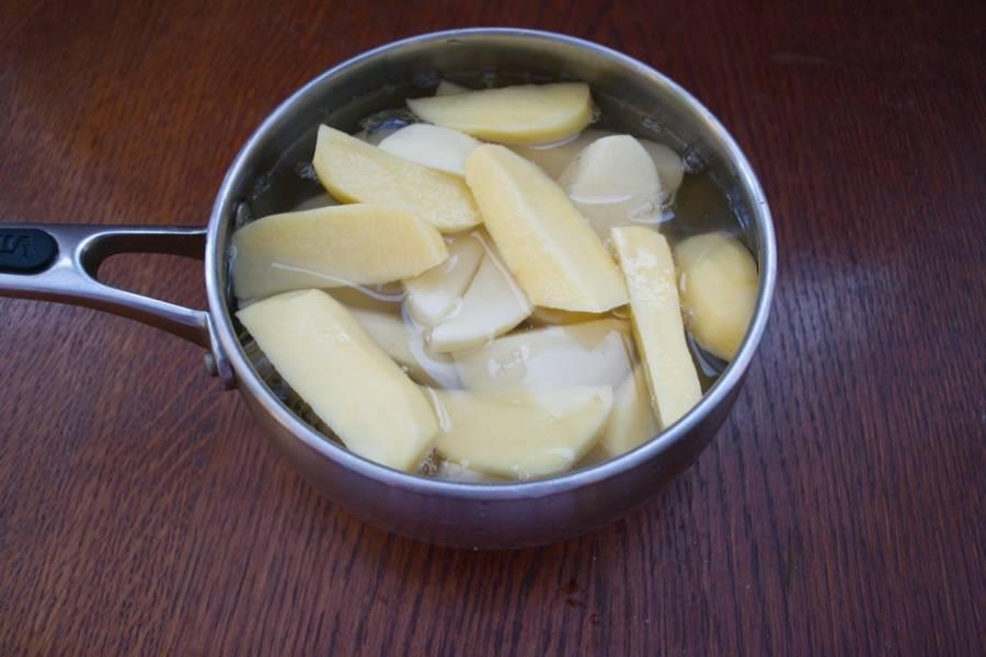 Залейте водой так, чтоб вода не до конца покрыла картофель.