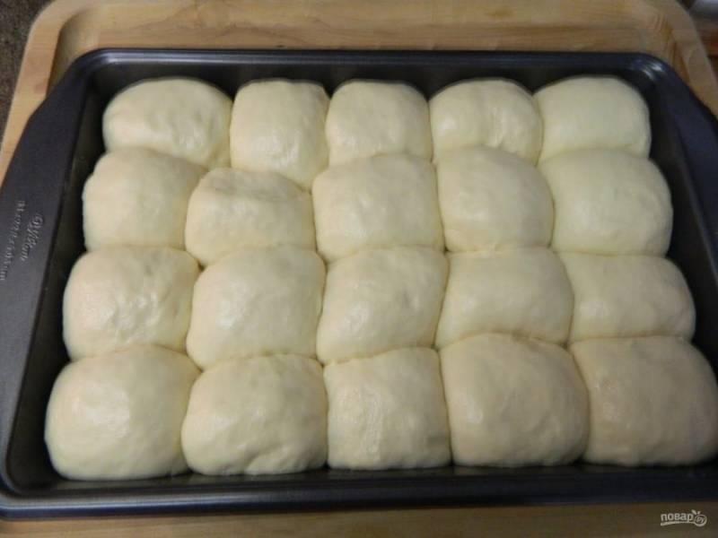 Накроем форму пленкой и дадим булочкам подойти еще минут 20. Тем временем греем духовку до 180 градусов.