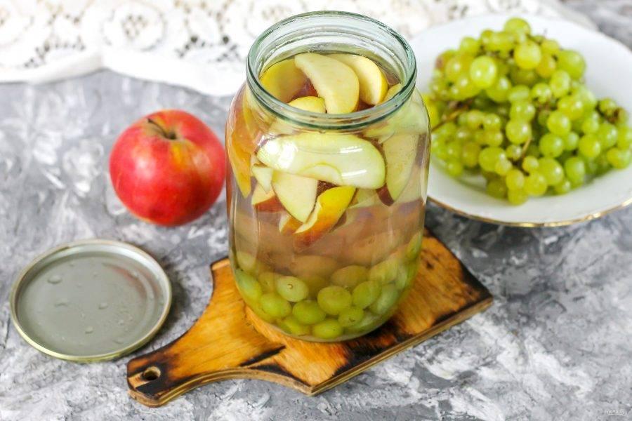Залейте пропаренные ягоды и фрукты в банке кипящей жидкостью до верха.