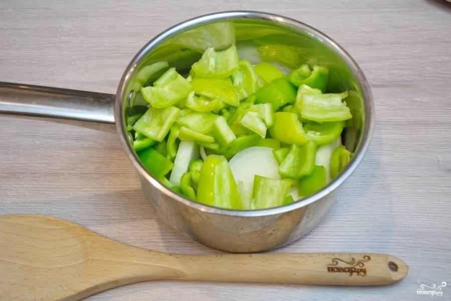 Болгарский перец нужно очистить от семян и плодоножек. Нарежьте его небольшими кусками. Поместите в сотейник.