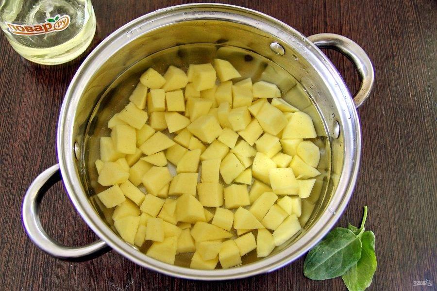 Картофель очистите, нарежьте кубиками, залейте водой и поставьте на огонь. Варите до полной готовности.