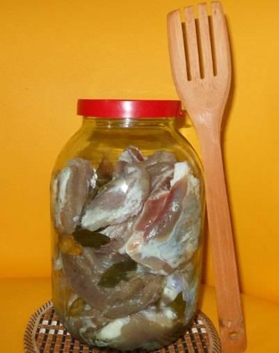3. Между слоями разложить перец и лавровый лист. Теперь накрыть тарелкой и поставить груз. Заготовку поставьте в холодное место на 3 дня. По мере просолки начнет выделяться сок из мяса. Его нужно обязательно сливать, а на 4 сутки следует смыть соль. Промытую солонину нужно отправить в банки и закрыть капроновой крышкой. Теперь можно опускать банки в погреб или ставить в холодильник.