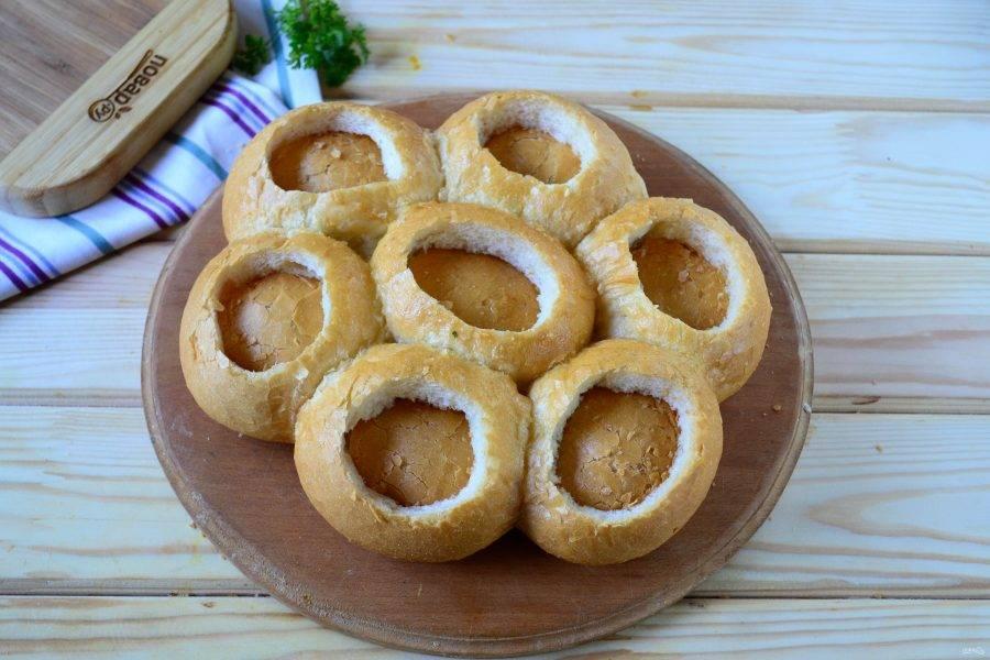 В каждой булочке сделайте надрезы по кругу и вдавите мякиш внутрь, чтобы сформировалось углубление, куда будем класть начинку.