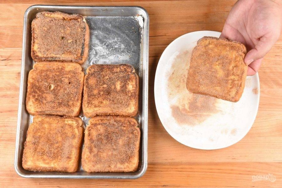 5. Затем обваляйте тосты в оставшимся сахаре с корицей, и переложите ломтики на противень. Запекайте хлеб в течение 4-х минут в духовке.