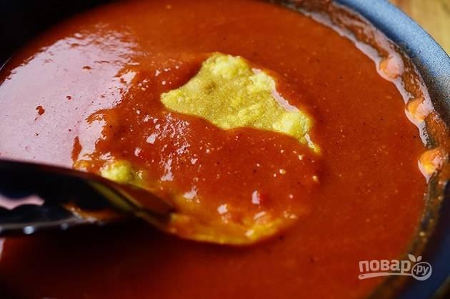 5. Окуните лаваш полностью в соус.