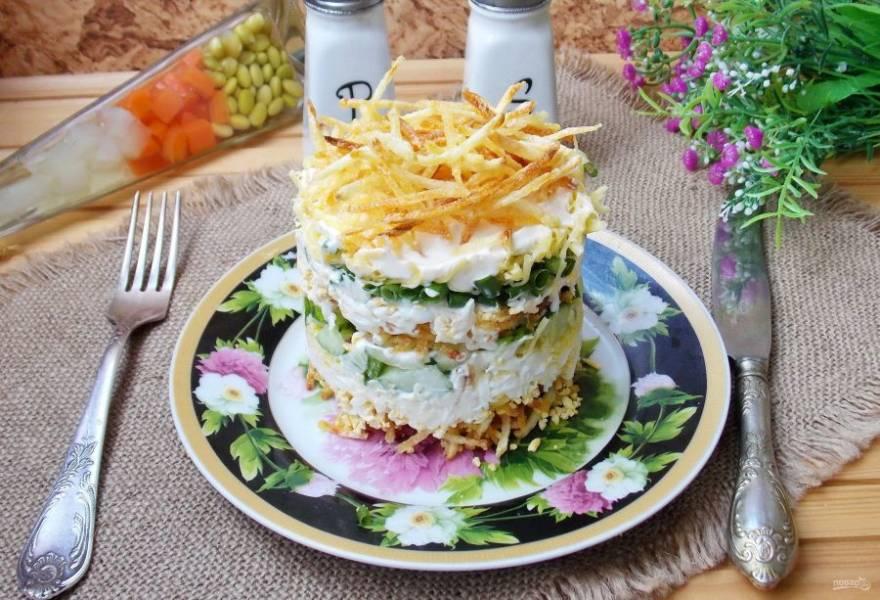 Возьмите кольцо для формирования салатов и выкладываете ингредиенты слоями в такой последовательности: картофель пай, яйцо, майонез, сыр, огурец, майонез, картофель пай, яйцо, зеленый лук, майонез, сыр, майонез и последний слой - картофель пай. Аккуратно снимаете кольцо и получается вот такая башенка. Приятного аппетита!