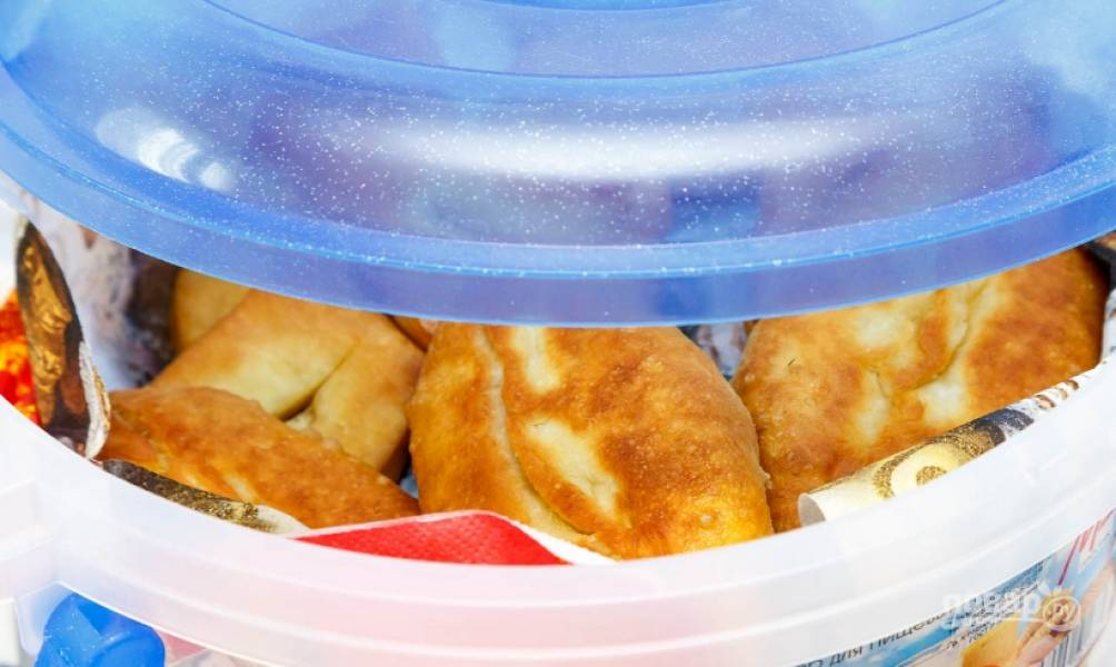 14. Готовые пирожки сразу перекладываю на бумажное полотенце, чтобы ушел лишний жир, а затем выкладываю их на тарелку. Приятного аппетита!