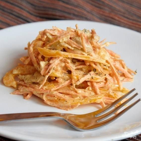 Смешиваем курицу с нарезанными овощами и выдавленным чесночком. Заправляем сметаной, солим и по вкусу добавляем тимьян. Готово!