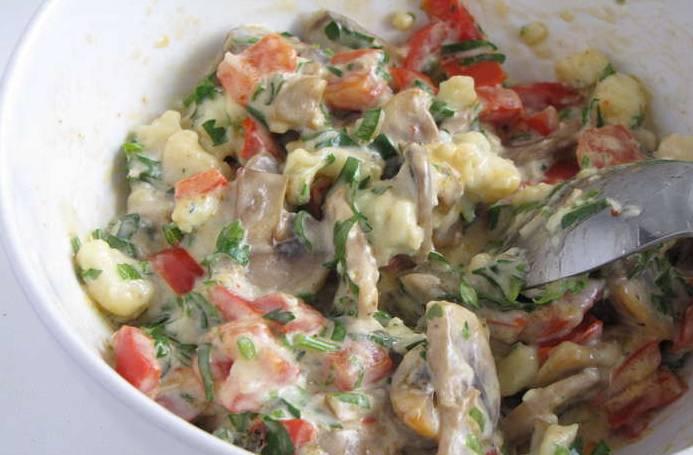 1. Грибы и перец обжарим на раскаленной сковороде. Смешаем с сыром, хреном, майонезом, зеленью и специями (по вкусу).
