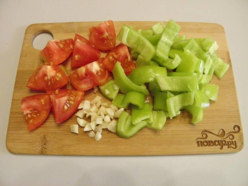 3. Помидор и болгарский перец нарежьте кусочками, чеснок пропустите через пресс или просто порубите мелко ножом.