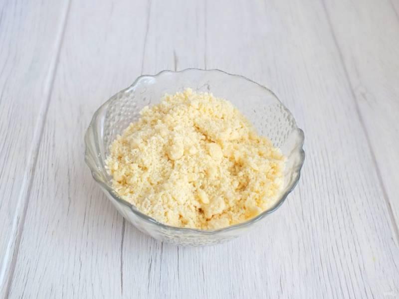 Отдельно смешайте 35 грамм сливочного масла, 25 грамм сахара и 70 грамм муки. Разотрите в крошку. Посыпка готова.