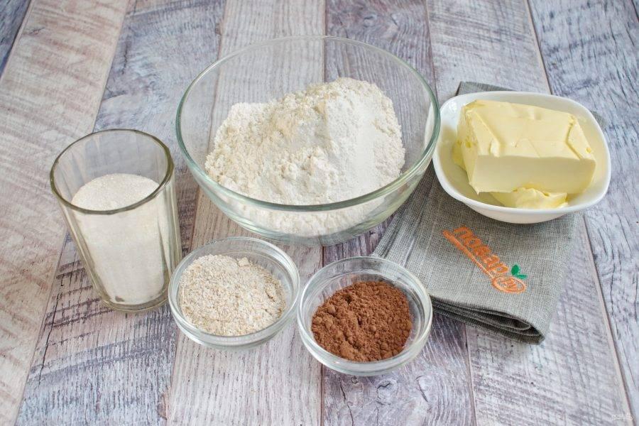 Подготовьте необходимые продукты для торфяной крошки. Овсяные хлопья прокалите на сухой сковороде в течение 2 минут до появления орехового запаха, измельчите в крошку.