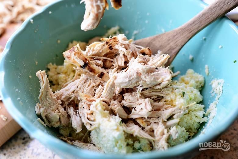 4. Добавьте мясо в сырную смесь и перемешайте.