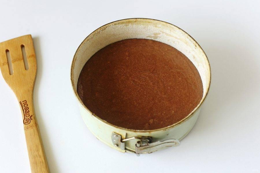Перелейте тесто в смазанную маслом форму для запекания, дно и бока предварительно обсыпав мукой или манкой. Выпекайте пирог в духовке при температуре 200 градусов около 45 минут.
