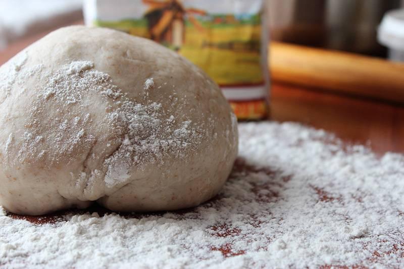 2. В результате у вас получится мягкое, удобное в работе тесто, которое нужно завернуть в полиэтиленовый пакет или пленку и убрать в холодильник на 20-30 минут. Этого времени вполне хватит, чтобы заняться начинкой.