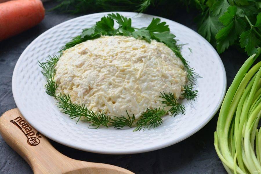Начните украшать салат зеленью. Можете использовать укроп и петрушку.