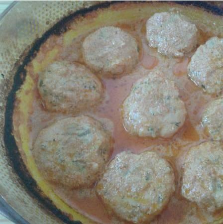 3. Дальше заливаем тефтели соусом и продолжаем тушить, пока соус не загустеет.