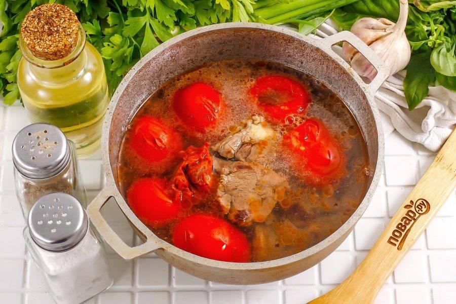 Затем влейте процеженный бульон или горячую воду, аккуратно размешайте и тушите примерно 3-5 минуты до мягкости помидорной нарезки.