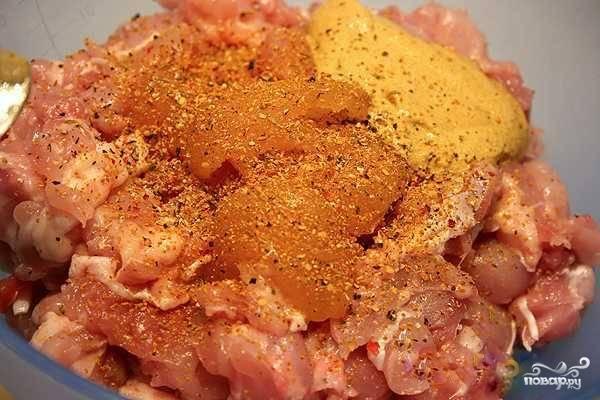 Мясо выложите в миску и добавьте соль, карри, перец или любые другие специи на ваш вкус. Перемешайте содержимое миски, накройте пищевой пленкой и отправьте в прохладное место мариноваться на 0,5-1 час.