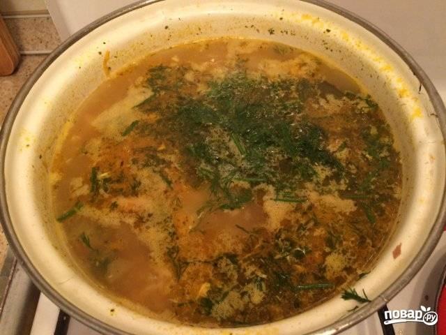 4.Мою и нарезаю мелко зелень. В кипящий суп вбиваю яйцо и энергично перемешиваю, всыпаю зелень. Закрываю крышкой и оставляю на 20 минут настаиваться.