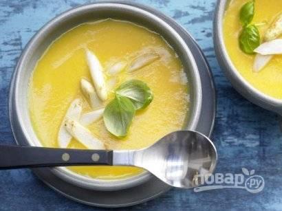 Разливаем картофельно-морковный суп по тарелкам, посыпаем его спаржей и украшаем листиком базилика.