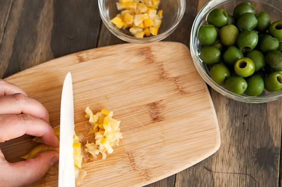 6. Если вы хотите добавить блюду особую изюминку, тогда следующие два ингредиента просто незаменимы - это лимон и оливки. Они превращают классический рецепт рагу из тыквы с овощами в оригинальный вариант необыкновенного блюда.