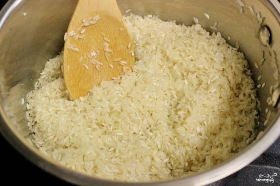 Растопить масло в средней кастрюле. Добавьте рис и соль, перемешайте в течение 2-4 минут, пока весь рис не покроется маслом.