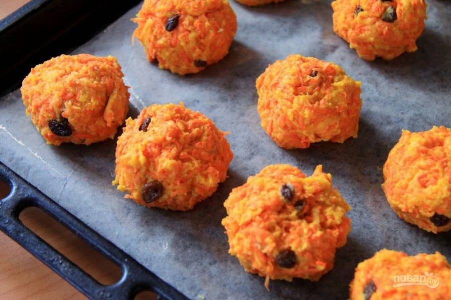 Сформируйте печенье в форме шариков, выложите на противень.