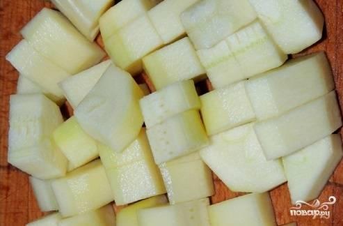 3. Очистите кабачок от кожицы, нарежьте его средними кубиками. Выложите в кастрюлю с небольшим количеством воды и отварите до готовности. Подсолите немного по вкусу.