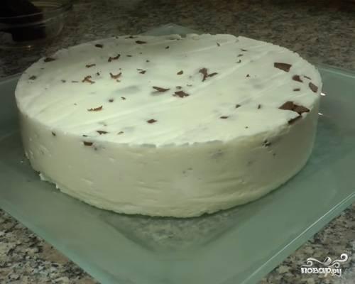 Готовый крем нанесите на бисквит и оставьте в холодильнике на пару часов для застывания.