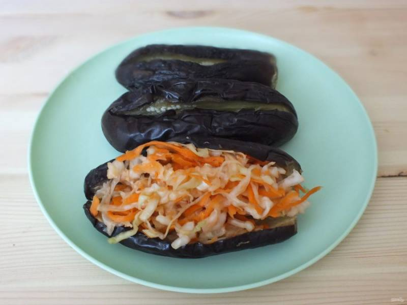 Капусту смешайте с морковью, по желанию можете присолить. Подготовленные баклажаны нафаршировать капустой с морковью.