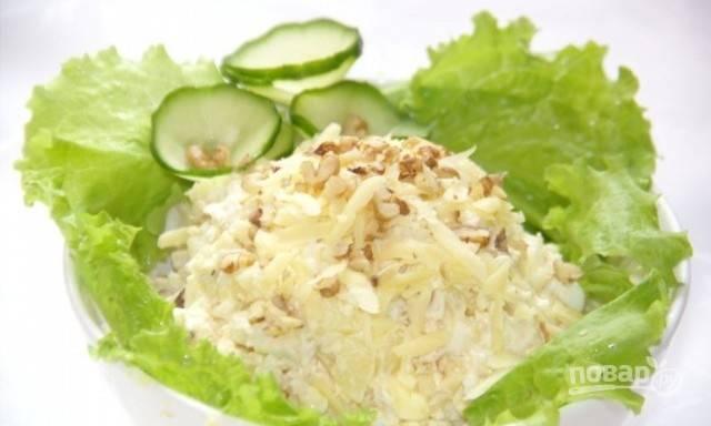 Все ингредиенты перемешайте. Заправьте салат майонезом, солью и перцем. Приятного аппетита!